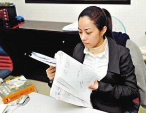 """徐怀钰甘当""""零薪""""律师助理 只为解决合约纠纷"""