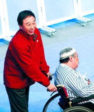 昨天的联排现场,冯巩正在表演相声剧《不能让他走》。图/CFP