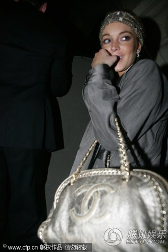 林赛·罗韩携母赴宴 真空穿白衣豪放挺金球奖