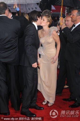 巴里摩尔玩透视诱惑 热吻男友贾斯汀-朗秀幸福