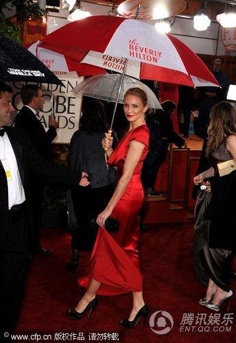 卡梅伦·迪亚兹形单影只 提裙摆谨防湿裙出糗