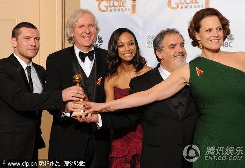 《阿凡达》获最佳剧情类影片奖 主创争相握奖杯