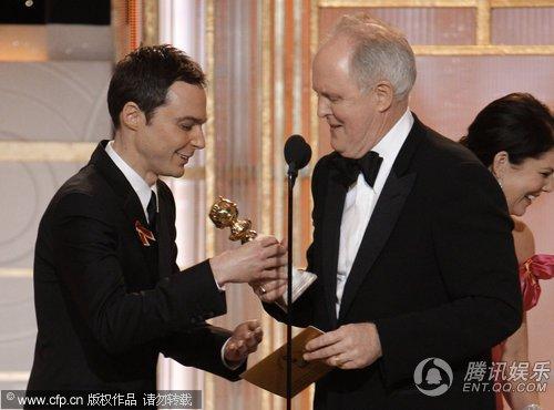 约翰获电视剧情类最佳男配角 吉姆·帕森斯颁奖