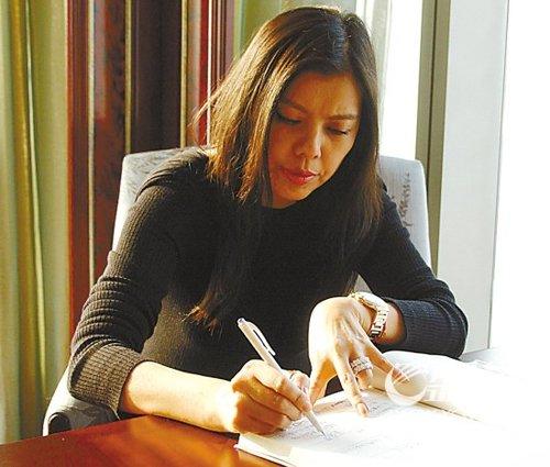 赵欣瑜在本报记者的采访记录上签字确认 摄影/魏辉 刘伟