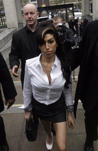 英女歌手怀恩豪斯认罪 酒后殴人被罚296美元