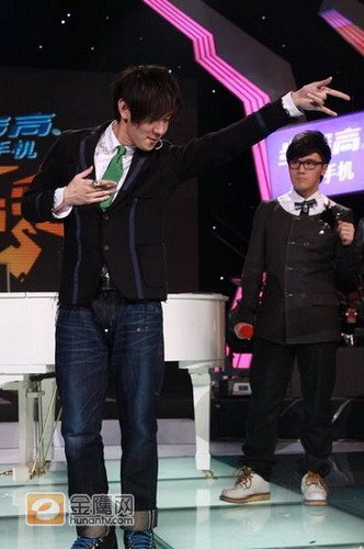林俊杰携新专辑空降《节节高声》 讽刺山寨文化