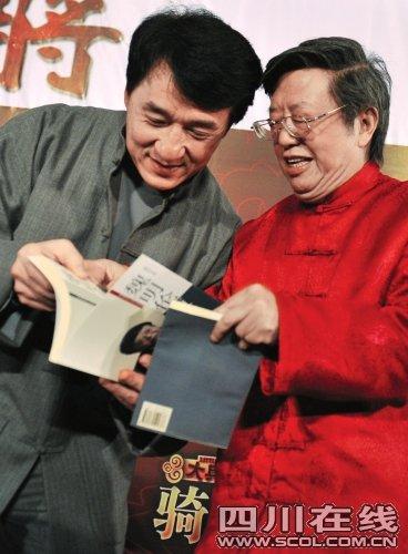 """成龙宣传《大兵小将》 与魏明伦""""文武会"""""""