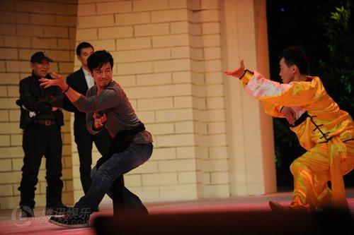 《苏乞儿》举行全球首映 袁和平率八大主演亮相