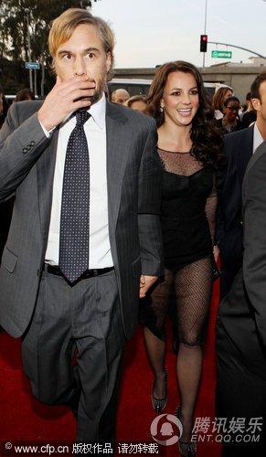 布兰妮携男友亮相格莱美红毯 透视裙显粗腿雷人