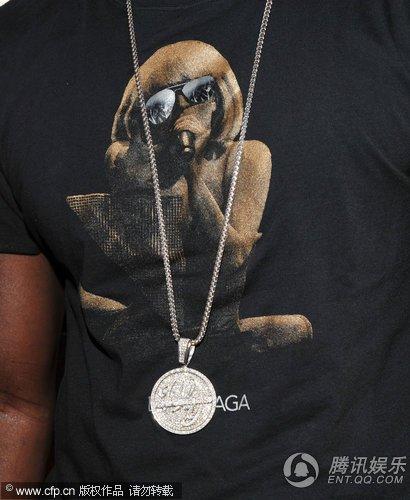 """嘻哈巨星Akon身穿""""LADY GAGA""""T恤亮相红毯"""