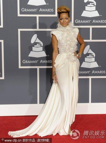 格莱美红毯蕾哈娜扮白雪公主 长裙藏性感亮相