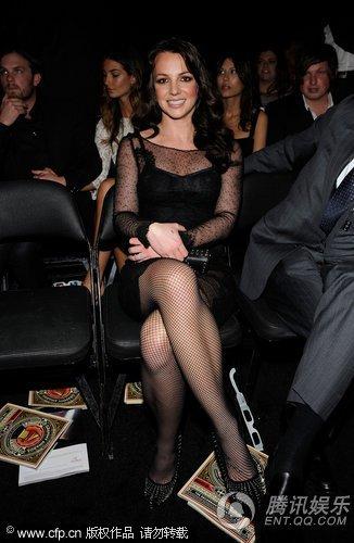 第52届格莱美现场 布兰妮叠腿而坐看演出防走光