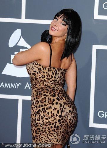 格莱美红毯:模特梅拉·贝罗尼卡扭臀秀曲线