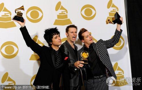 后台:绿日乐队获最佳摇滚专辑奖 狂摆POSE