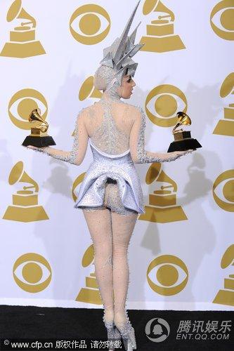 Lady gaga后台狂吻奖杯 大方展示臀部独特设计