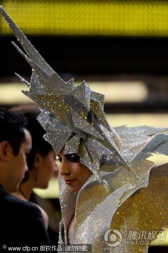 """格莱美现场 Lady Gaga扮相夸张酷似大""""翼龙"""""""