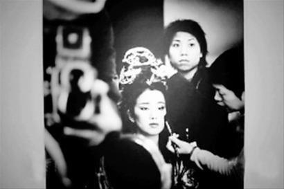 在去年嫣然基金晚宴上,周润发捐出的巩俐化妆照拍得318万元