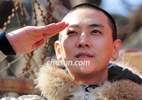 韩国曾涉毒男星朱智勋入伍 大量粉丝送行