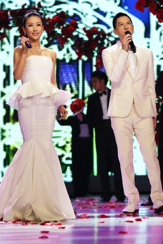 苗圃化身美人鱼新娘 与张家辉共唱欢乐世博年