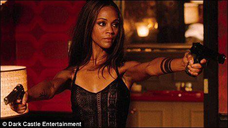 组图:《阿凡达》女星化身好斗特工 玩性感秀身材