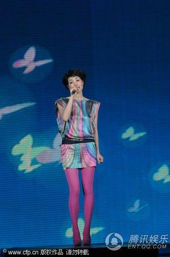 王菲复出春晚唱《传奇》 舞台实现3D效果