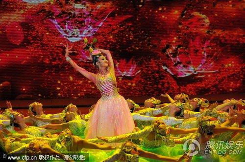 央视春晚现场直播 舞蹈《荷塘莲语》唯美动人
