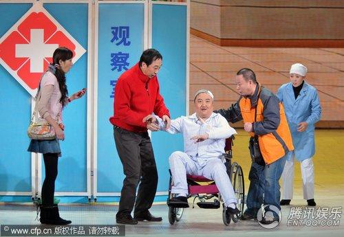 冯巩、韩雪春晚现场合作小品《不能让他走》