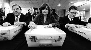 密封选票最后投递工作正在进行中