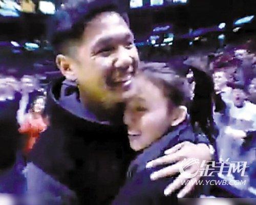 黑人陈建州NBA中场下跪 向范玮琪求婚成功(图)
