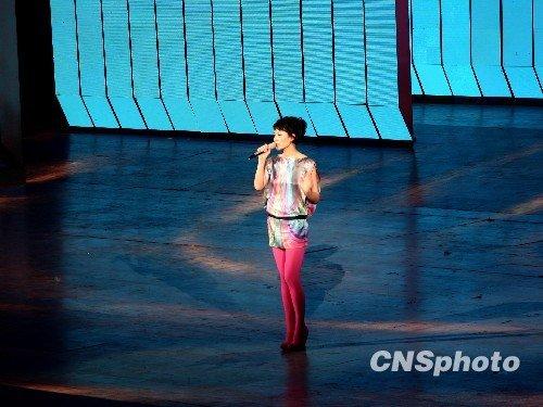 2月13日晚,王菲登上春晚舞台演唱。