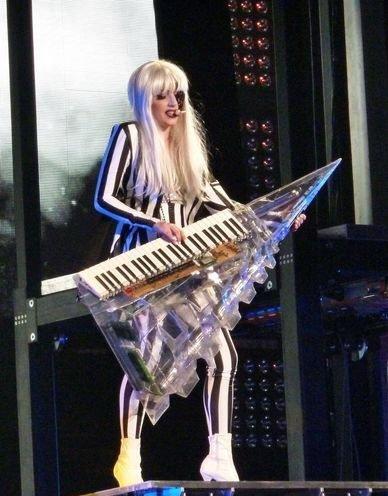 LadyGaGa后台失火不屈服 凯特摩丝化身超级粉丝