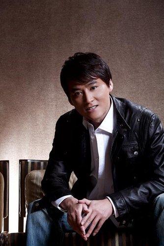 刘小锋拍《利剑》腰部受伤 坐轮椅完成后期拍摄