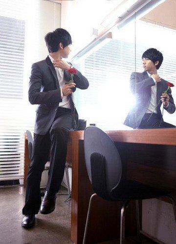 李胜基公开广告拍摄现场照片 不愧为典型模范生