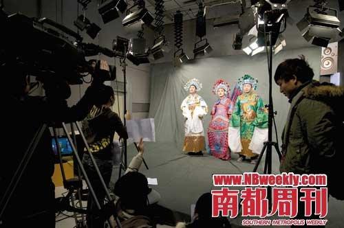 李锐(中)、杜海涛(右)、朱梓骁为《勇往直前》录制快乐三荐客片头现场
