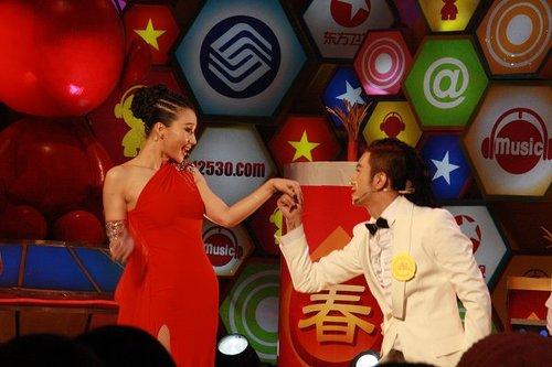 MIC男团现场向阿朵求婚 后台频感叹师姐太敬业