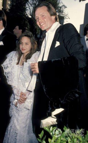幼年安吉丽娜首次出席奥斯卡颁奖礼照片曝光