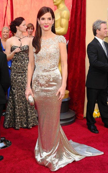 女星礼服大比拼 布洛克一袭金色性感长裙夺冠