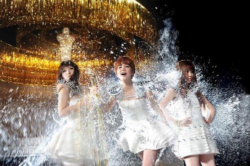 S.H.E首波主打歌MV耗资250万 打造摇滚女王风