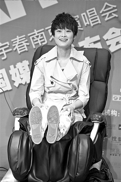 李宇春享受老板赠送按摩椅 演唱会将邀韩红同台
