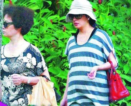 大肚的赵薇出现在新加坡,提着名牌包包缓步返回黄有龙的豪宅。