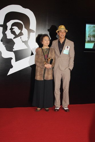 34届香港电影节《如梦》开幕 吴彦祖牵女友亮相