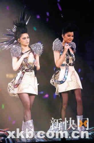 Twins再合体泪洒演唱会 走音错穿衣情绪很紧张 - 小金鱼 - 流星雨......