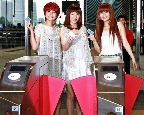 S.H.E见证新加坡地铁环线通车 演唱会十分火爆