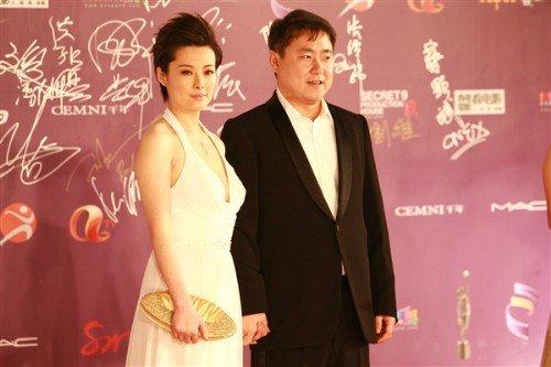 袁莉高调亮相香港电影金像奖 博纳总裁护航