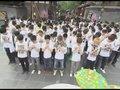 视频:成都准快男集体默哀 带动市民为灾区祈福