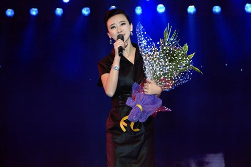 翁虹登台献唱为慈善 倡导明星为广告代言负责任