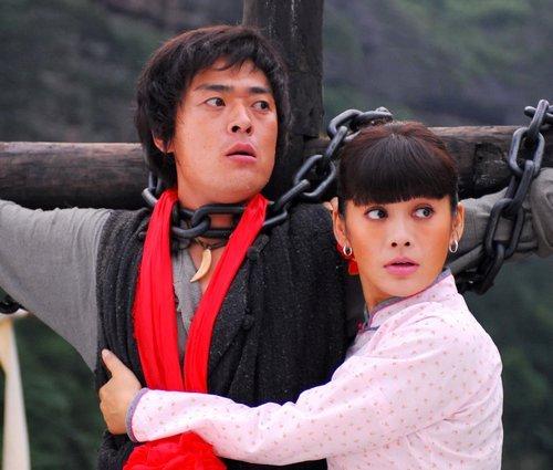 红五月张桐手捧《红槐花》 入京城将爱半世纪