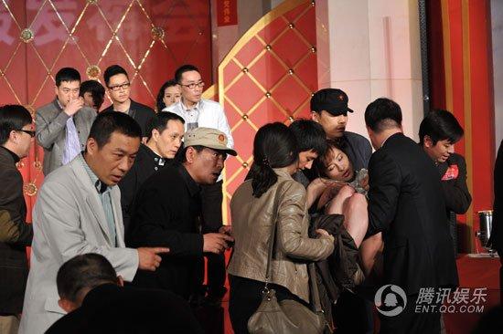 快讯:《建党伟业》发布会 叶璇晕倒被抬下场