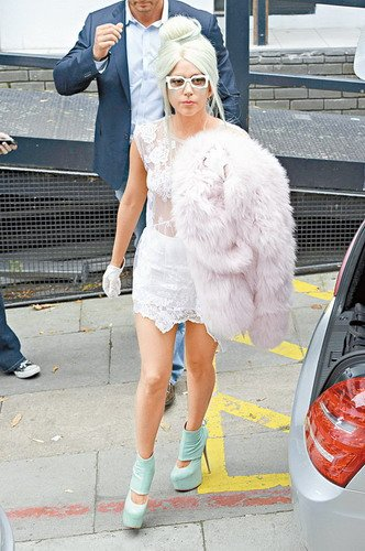 Lady GaGa透视装满街走 将被拍摄其传记电影