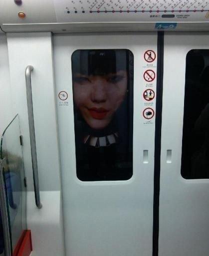 地铁惊现吴莫愁海报 红唇鬼魅吓住乘客(图)